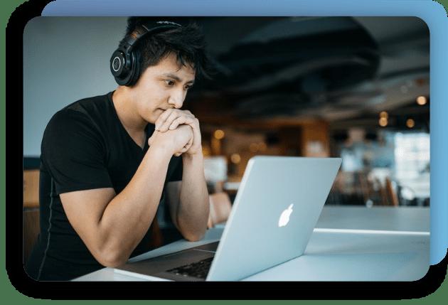 Homem se conectando através do Simple WiFi em um notebook