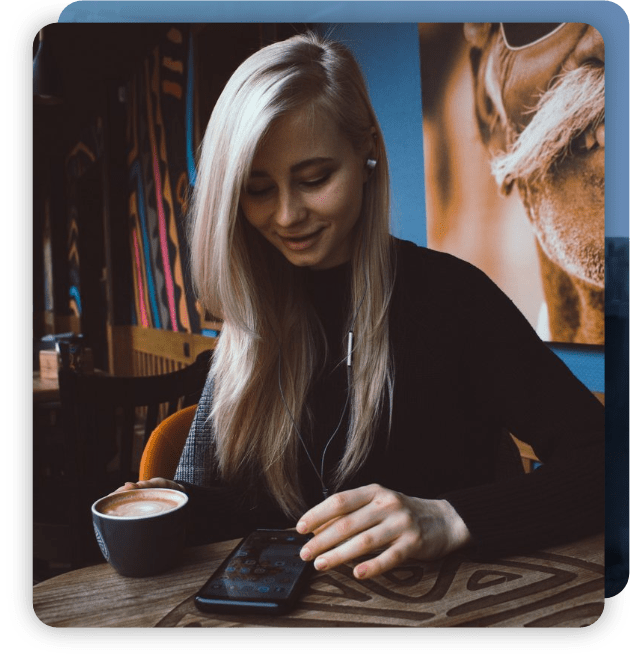 Mujer se conecta con un teléfono celular en una red WiFi gratuita